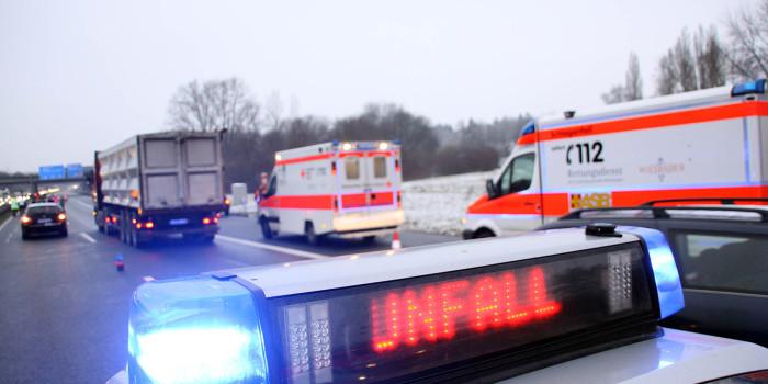 Stauende übersehen: Ein Toter und vier Verletzte auf der A67