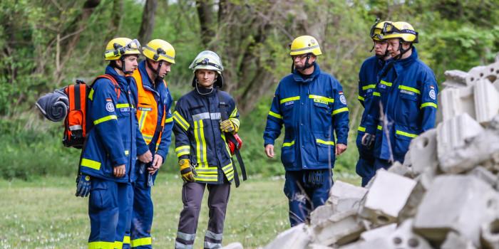"""THW und Rettungshundestaffel üben Ortung und Rettung in """"eingestürztem Gebäude"""""""