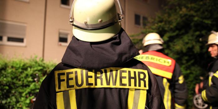 Mehrere Pkw in Kastel und Mülltonne in Kostheim in Flammen