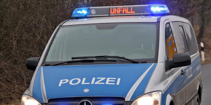 Laternenmast auf Platter Straße von Pkw umgefahren