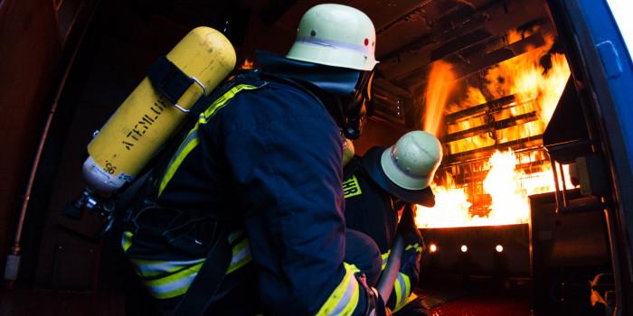 Brandheiße Ausbildung: Brandbekämpfung im Übungscontainer