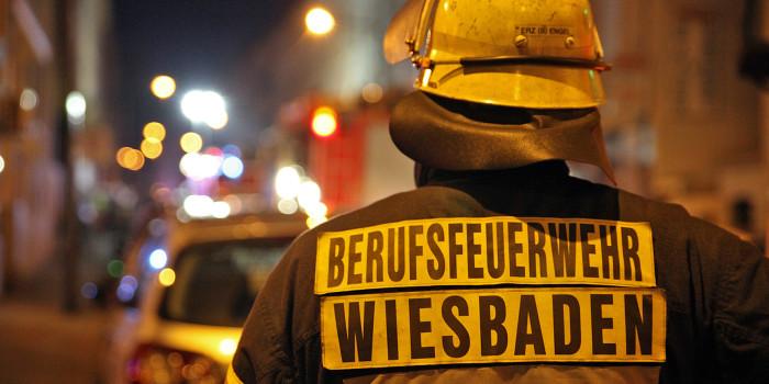 Brennender Sperrmüll vor zukünftiger Asylbewerberunterkunft in Wiesbaden