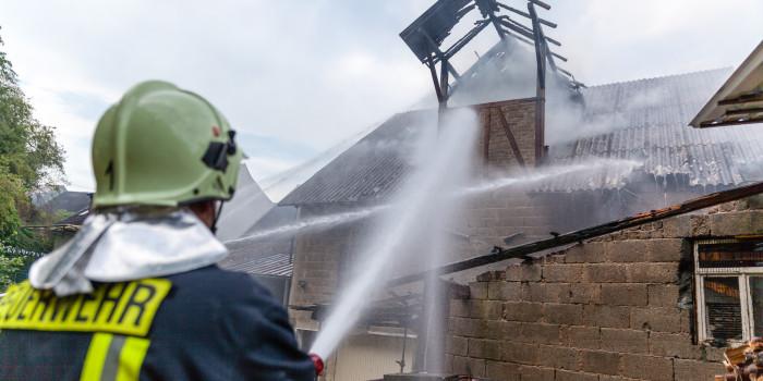 Scheunenbrand droht auf Wohnhaus überzugreifen