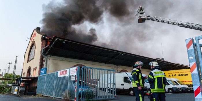 Großeinsatz: Lagerhalle am Hauptbahnhof in Flammen