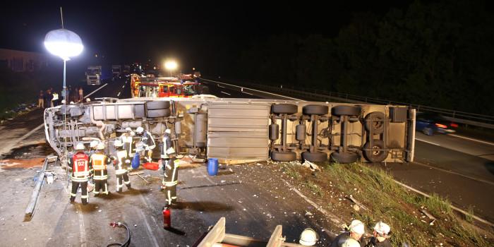 LKW durchbricht nach geplatztem Reifen die Mittelschutzplanke – Fünf teils schwer Verletzte