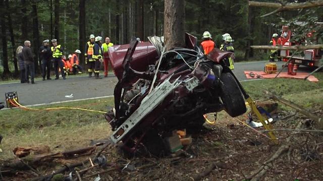 22-Jähriger prallt im Taunus gegen Baum – BMW reißt in zwei Teile
