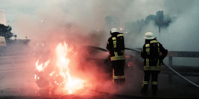 Auto nach Unfall bei Raunheim ausgebrannt