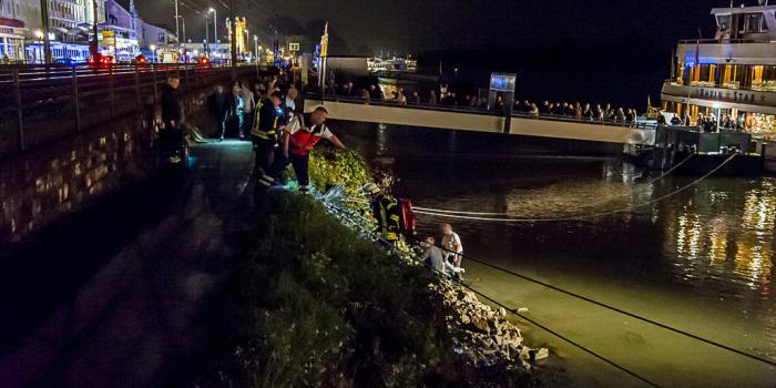 Rollstuhlfahrerin in den Rhein gestürzt