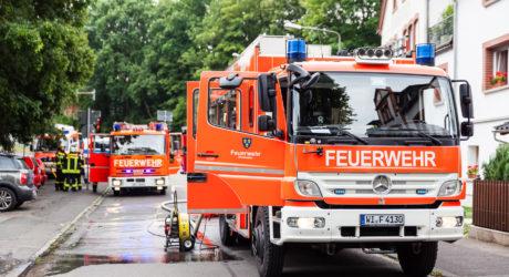 Brennender Unterstand beschädigt Wohnhaus