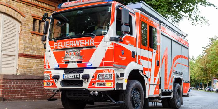 Heckenbrand greift auf mehrere Gartenhütten über – Drei Stunden Löscharbeiten