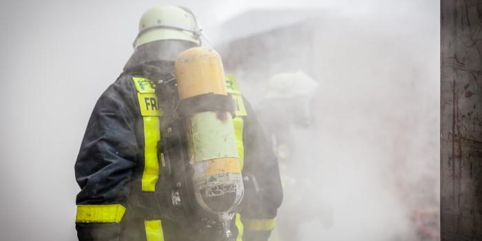Zeitungsausträger bemerkt Zimmerbrand – Bewohnerin schwebt in Lebensgefahr