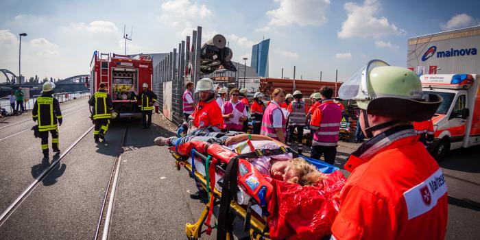 50 Verletzte nach Gefahrgutunfall – Katastrophenschutz-Großübung in Frankfurt