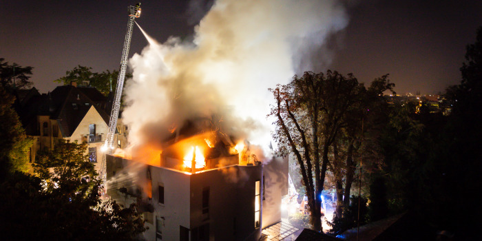 1 Million Euro Schaden: Maisonette-Wohnung in der Innenstadt brennt völlig aus