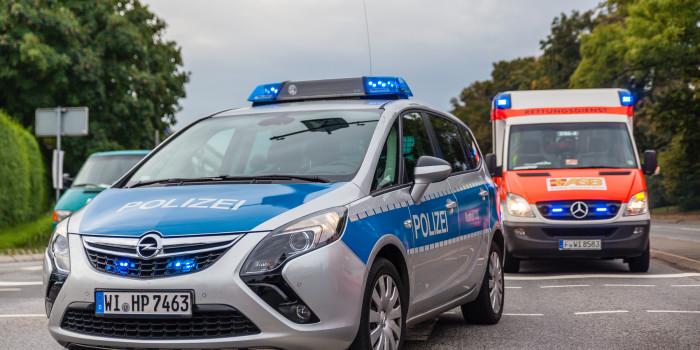 Auto rollt in Gegenverkehr – 2 Personen verletzt