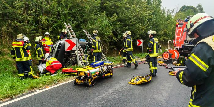 Pkw kippt nach Zusammenstoß auf die Seite – Fahrer eingeklemmt