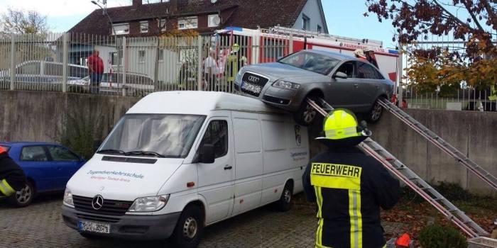 Spektakulärer Verkehrsunfall in Bad Schwalbach: Pkw durchbricht Geländer und landet auf Sprinter-Dach