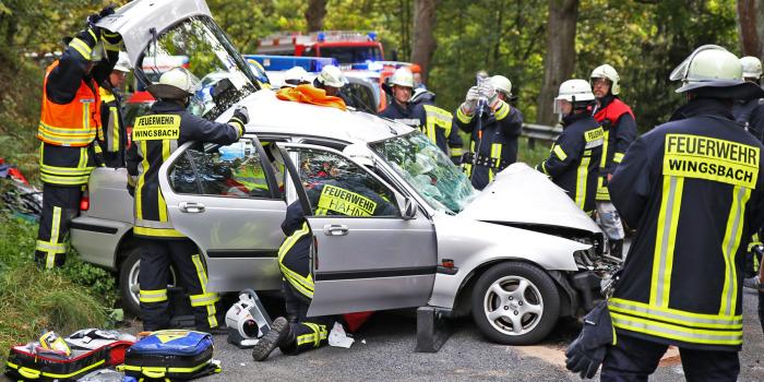 Eingeklemmte Person nach Frontalzusammenstoß bei Taunusstein-Hahn