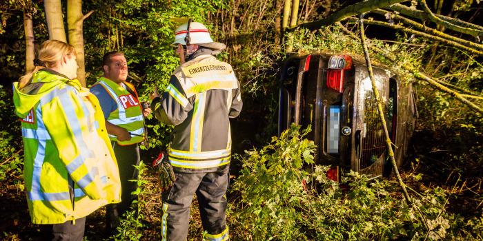 Mit BMW im Wald gelandet – Insassen flüchten nach Alleinunfall