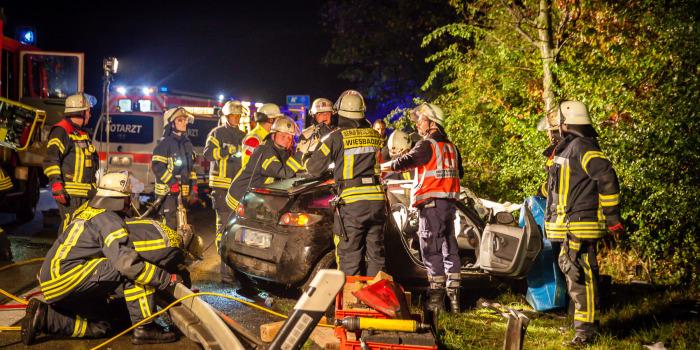 Unfall auf der A66: Smart verkeilt sich unter der Leitplanke