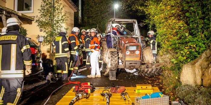 Traktor kracht in Eppstein mehrmals in die Böschung – Fahrer schwer verletzt