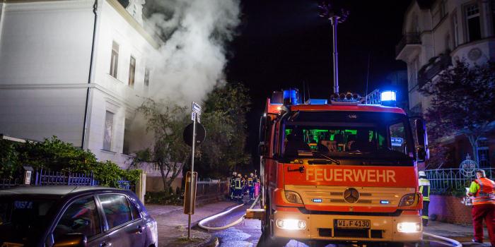 Wohnungsbrand: Sechs Bewohner über Drehleiter gerettet – Eine Verletzte
