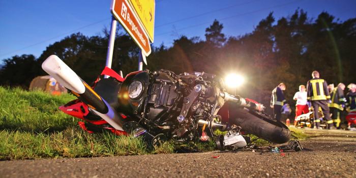 Auto überschlägt sich nach Zusammenstoß mit Motorrad – Motorradfahrer stirbt