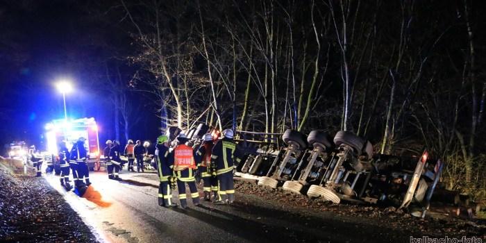 Holz-Lkw kippt im Wispertal um – Feuerwehr befreit Fahrer