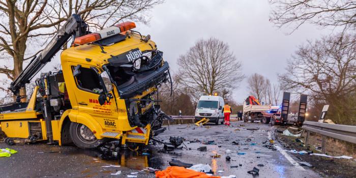 Glätteunfall auf der B455: Abschleppwagen kracht in entgegenkommenden Lkw