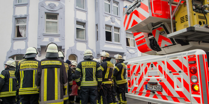 Feuerwehr rettet Mann aus brennender Wohnung – 42-Jähriger verstirbt im Krankenhaus