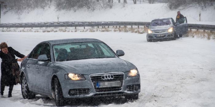 Schnee sorgt für Verkehrsprobleme und Einsätze in und um Wiesbaden