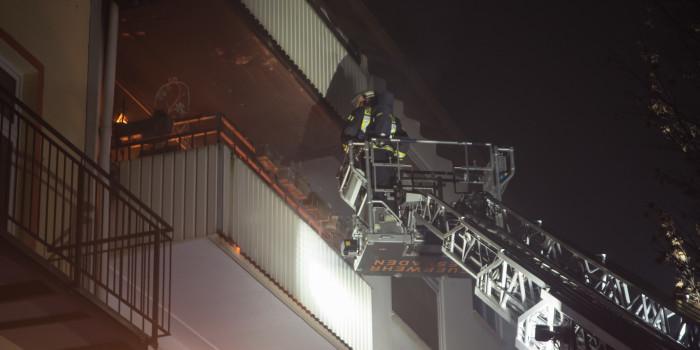 Turbulente Silvesternacht für Feuerwehr und Rettungsdienst – Dachstuhlbrand in Erbenheim