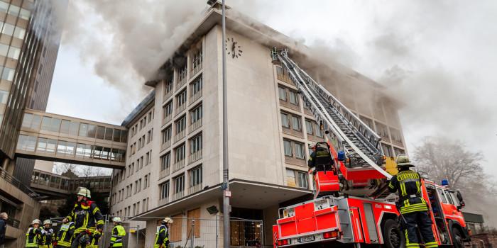 Großeinsatz am Kureck: Nebengebäude des R+V-Hochhauses steht in Flammen