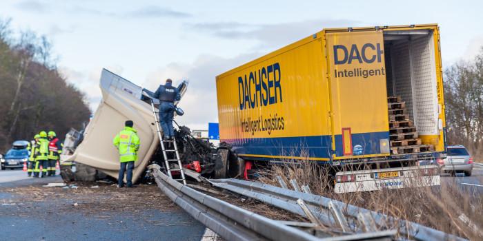 Lkw durchbricht nach Auffahrunfall auf der A3 die Mittelschutzplanke