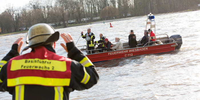 Großeinsatz auf dem Rhein: Rettungskräfte retten 20 Ruderer aus dem Wasser