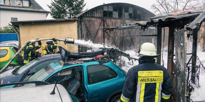 Pkw-Brand greift auf KFZ-Werkstatthalle über