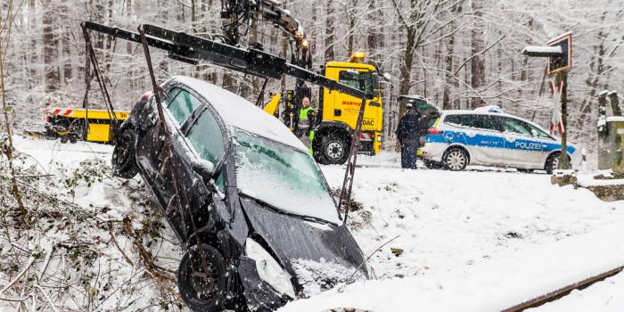 Schneefälle sorgen für Behinderungen und zahlreiche Unfälle