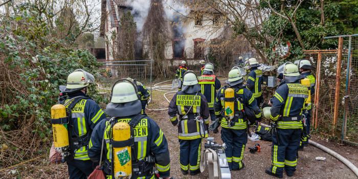Leerstehendes Gebäude steht am Parkfeld in Flammen