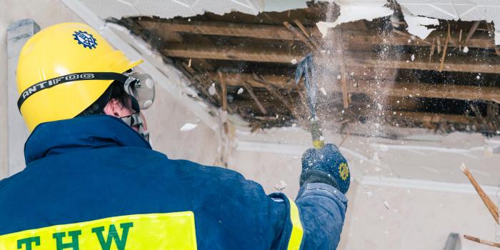 THW übt Wand- und Deckendurchbrüche in Abrissgebäude