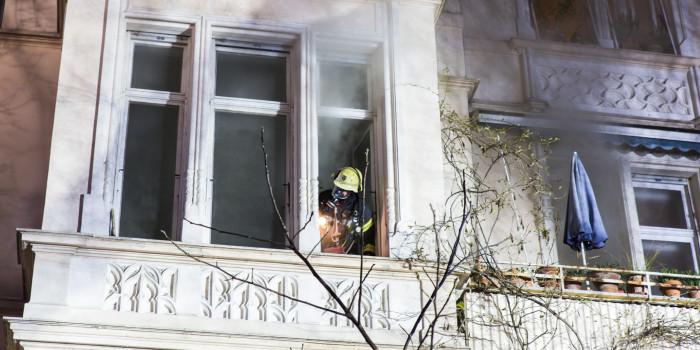 Eine Tote und elf Verletzte bei Wohnungsbrand in Mehrfamilienhaus