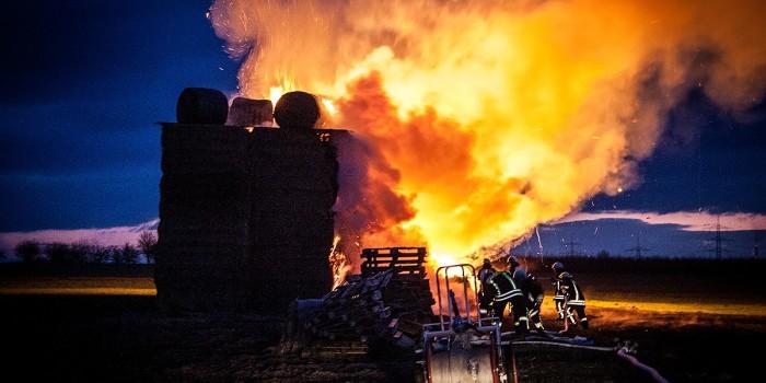 Drei Brandstiftungen: Hunderte Strohballen in Flammen – Tatverdächtige festgenommen