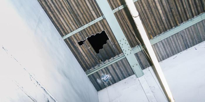 17-jähriger klettert nach Party auf Dach, bricht ein und stirbt
