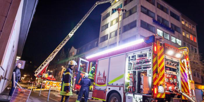 Dachstuhlbrand in Bürogebäude am Mainzer Münsterplatz