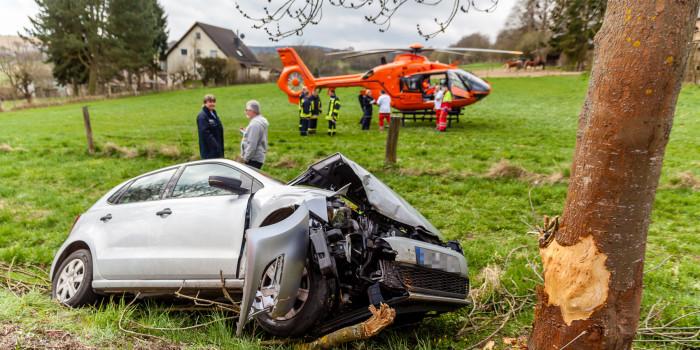 Pkw prallt bei Idstein-Heftrich gegen Baum – Rettungshubschrauber im Einsatz