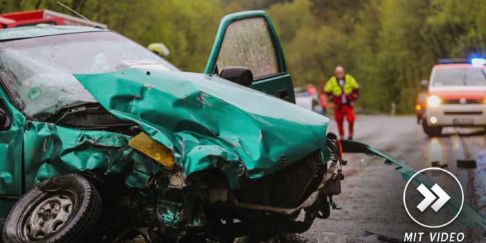 Zwei 20-jährige bei Unfall auf B275 schwer verletzt