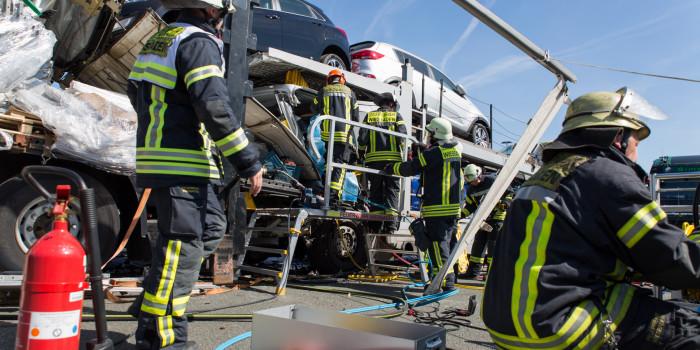 Unfall und Folgeunfall mit Lkw bei Medenbach – Mehrere Eingeklemmte