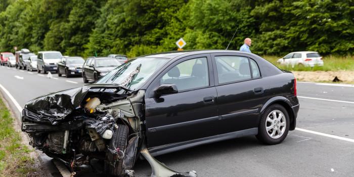 Drei Verletzte auf B260: Gegenverkehr beim Abbiegen übersehen