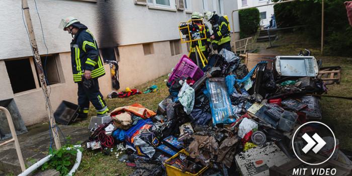 Einsatzstelle neben Feuerwehrhaus: Drei Verletzte bei Kellerbrand