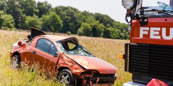 Wegen entgegenkommendem Auto überschlagen – Beifahrerin schleudert aus Fahrzeug