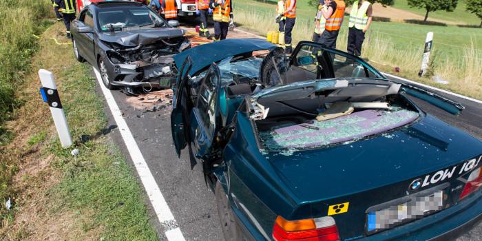 B275: Frontalunfall nach Überholmanöver – zwei teils eingeklemmte Schwerverletzte