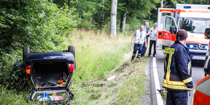 Alleinunfall auf der B275 – Alle fünf Insassen unverletzt nach Überschlag